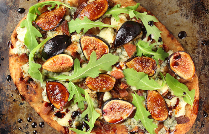 Blue-Cheese-Fig-Flatbread-with-Balsamic-Sauce 20 Healthy Appetizers for Thanksgiving